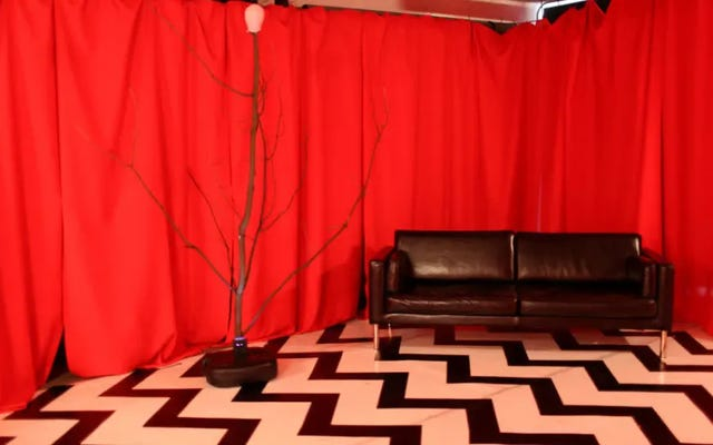 กระรอกน้อยน่ารักสัมผัสกับความน่าสะพรึงกลัวเล็ก ๆ น้อย ๆ ในห้องสีแดงของ Twin Peaks เวอร์ชันจิ๋ว