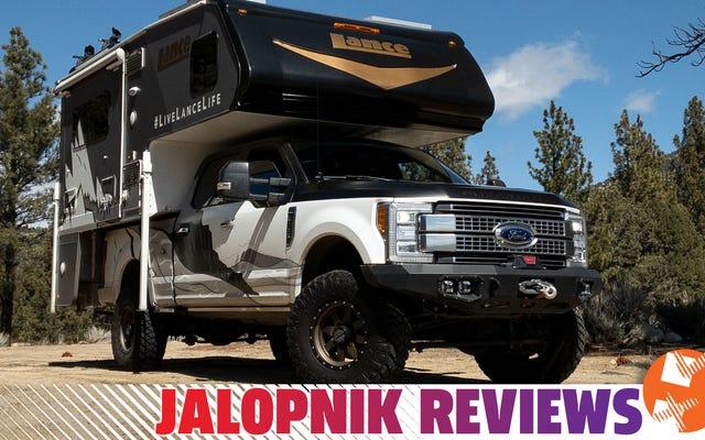 Un Ford F-350 avec d'énormes pneus et un camping-car Lance 855S fait une maison portable confortable