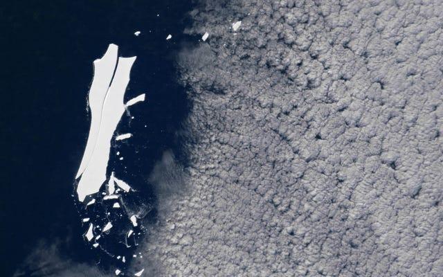 巨大な氷山がねじ込まれている