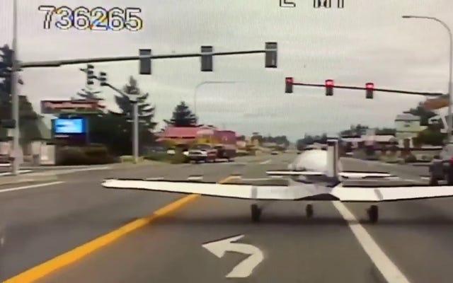Sebuah mobil polisi merekam momen ketika sebuah pesawat melakukan pendaratan darurat di sebuah jalan