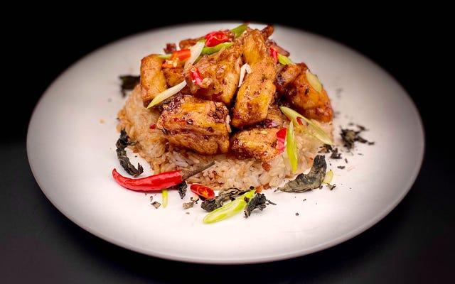 Questo pesce fritto di ispirazione thailandese sblocca il pieno potenziale del basilico