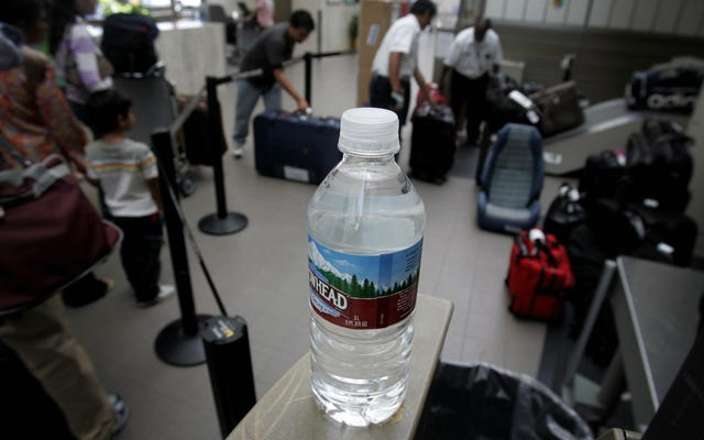 Le prix odieux de l'eau embouteillée dans les aéroports fait l'objet d'un procès