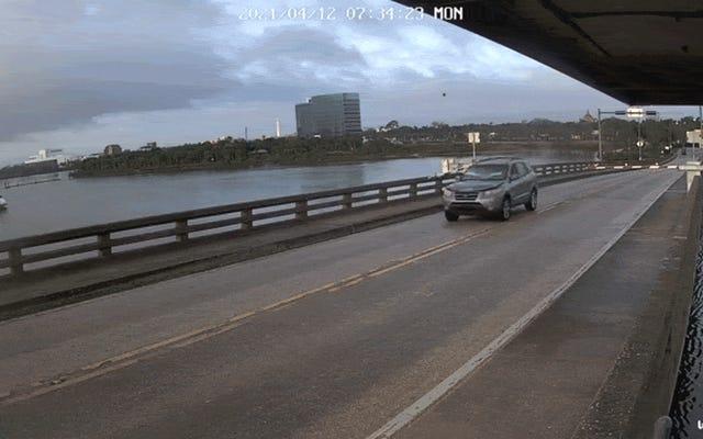 Florida Sürücüsü Duke Boys'un Kanalını Açıyor ve Açılır Kapanır Köprü Üzerinden SUV Atlıyor
