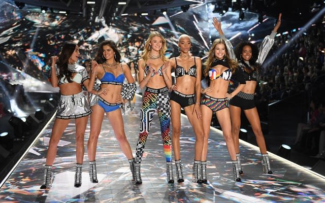 Les gens célèbrent la fin du défilé Victoria's Secret