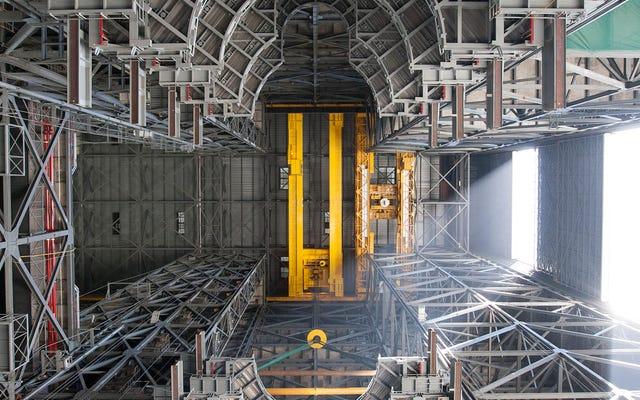 नासा के वाहन विधानसभा भवन की विशालता पर टकटकी लगाकर देखें