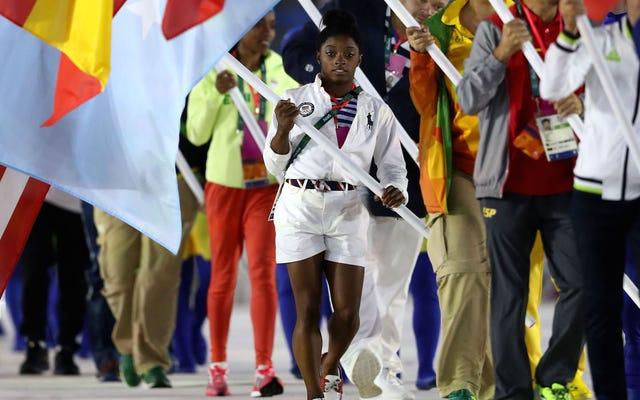 オリンピックの女王、シモーネ・バイルズが閉会式で米国旗を掲げる