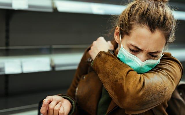 Mantén tu máscara puesta cuando estornudas