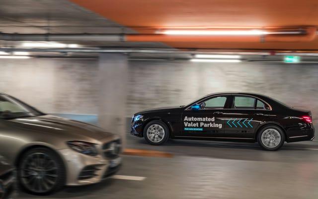 ダイムラーとボッシュは、将来のバレーサービスを想像するために自律駐車場を作成します