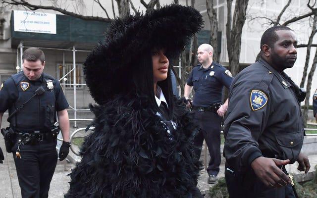 Áo khoác nhiều lông vũ của Cardi B là trang phục duy nhất được chấp nhận khi ra tòa