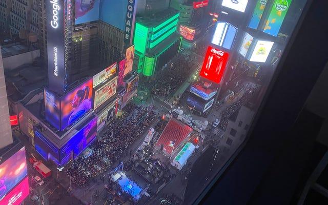 タイムズスクエアでアウターワイルドをプレイすることは、新年を迎える最良の方法でした