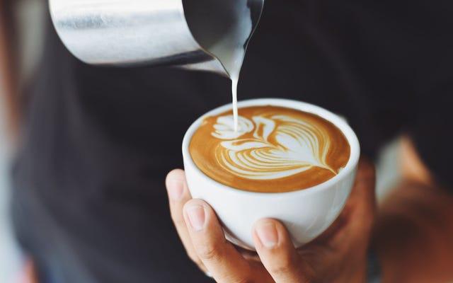 最初にコーヒーを飲むことでより良い昼寝をする
