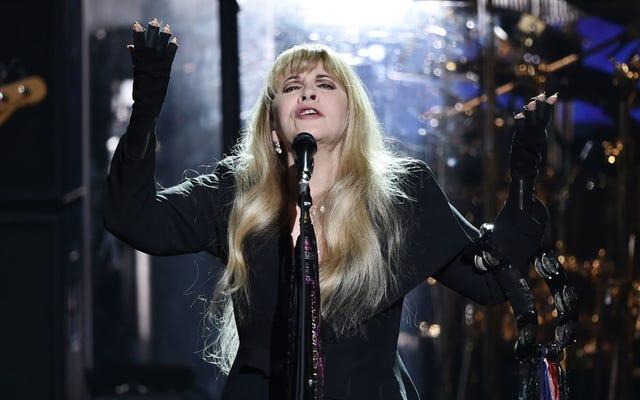 Stevie Nicks a écrit un poème sur Game of Thrones, adore son téléphone à clapet et a un `` châle Vault ''
