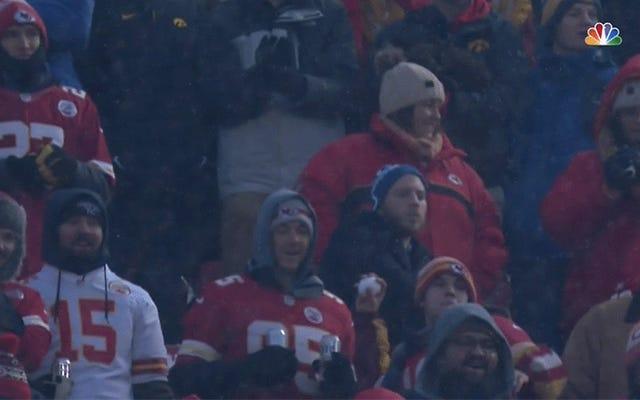 Los fanáticos de los Chiefs lanzaron bolas de nieve durante su juego de playoffs