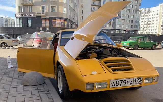 ロシアのソビエト過去の奇妙な自家製車を集める