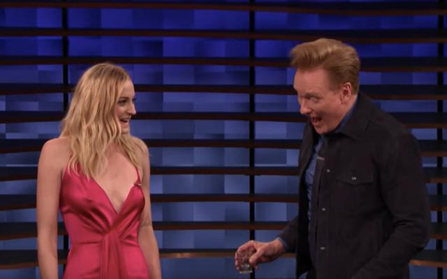 Sophie Turner ve Conan O'Brien tekila tokat çalıyor, kulağa tam olarak benziyor