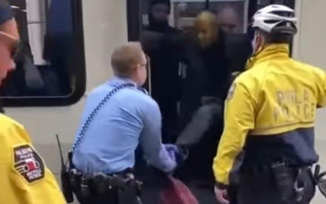 黒人男性がフェイスマスクを着用していないためバスから強制的に引きずり出された