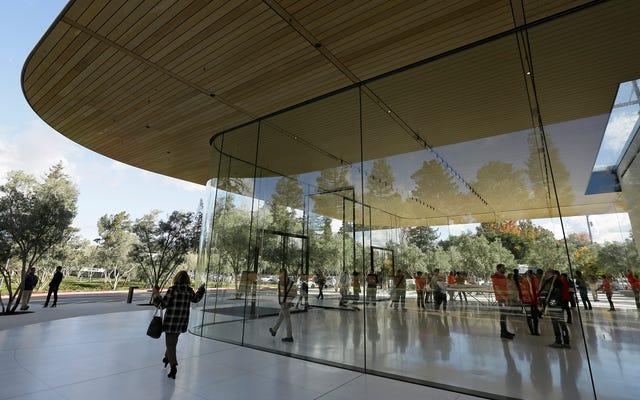 これは、Appleの従業員がガラスの壁に直接歩いたときの911の記録です。