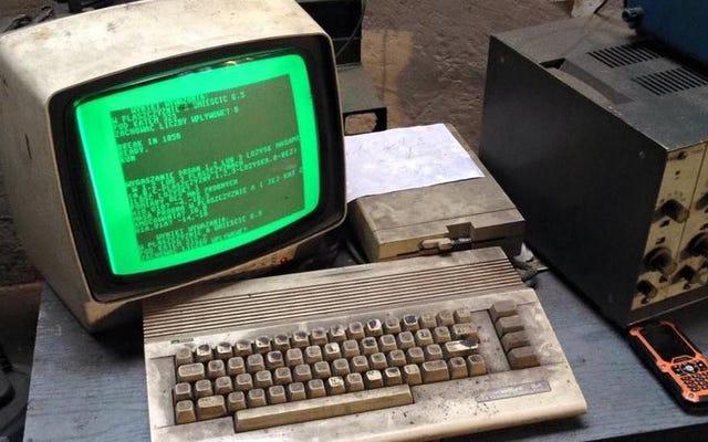 この古いお尻のコモドール64は、ポーランドで自動車店を経営するためにまだ使用されています