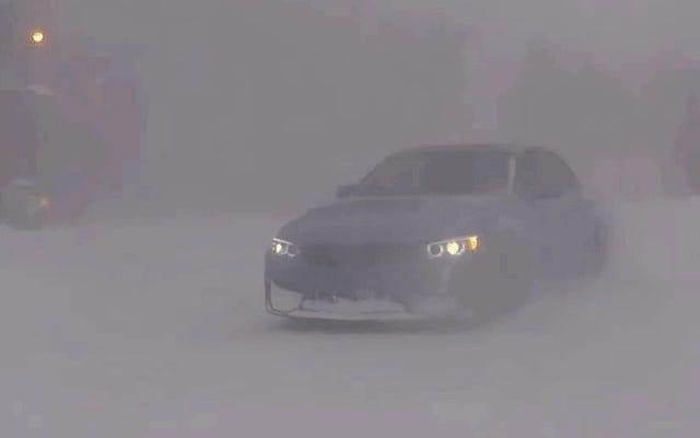 एक बर्फ हल के रूप में अपने 444 हॉर्स पावर बीएमडब्ल्यू एम 3 का उपयोग करें