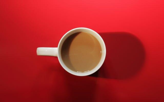 牛乳やクリームの前にコーヒーに砂糖を加える