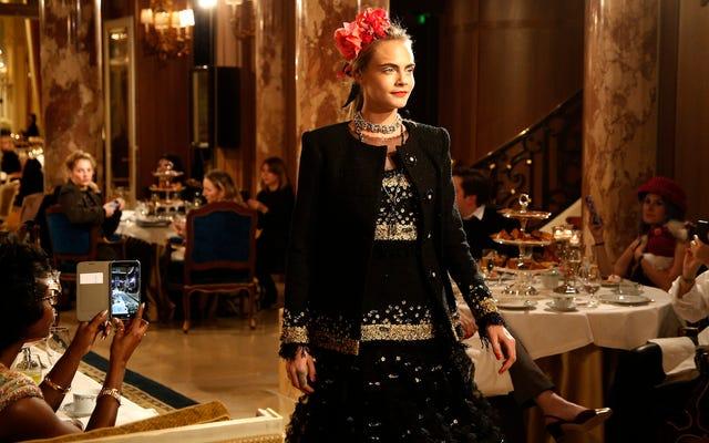 Chanel ha convinto Cara Delevingne a camminare di nuovo