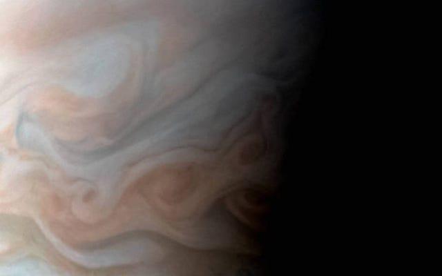 木星の乱流地域の新しいクローズアップ画像は息をのむようです