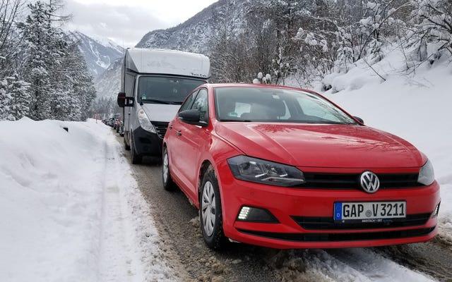 Jazda jednym z zakazanych samochodów ekonomicznych w Europie w Alpach była po prostu nieszczęśliwa
