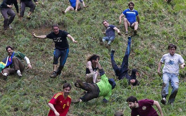 Même COVID ne peut empêcher les Britanniques de rouler un fromage puant sur une colline escarpée