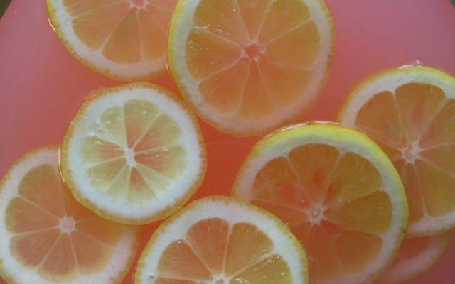 カクテルビターズでより洗練されたピンクのレモネードを作る