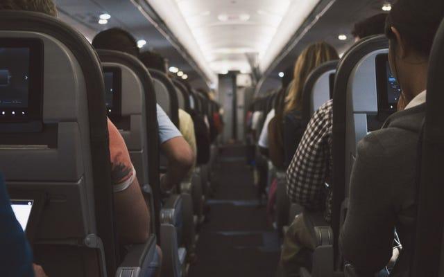 飛行機が離陸と着陸の間にライトをオフにする驚くべき理由
