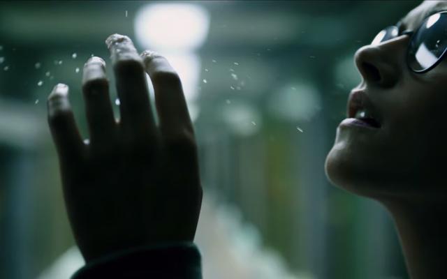 クリステン・スチュワートは、不気味な新しいトレーラーで水中の深海の恐怖をナビゲートします