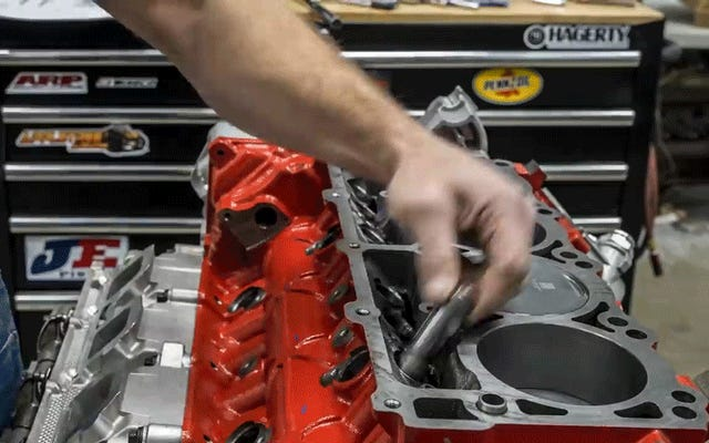 このダッジデーモンエンジンの再構築を見て、真の平和を知る