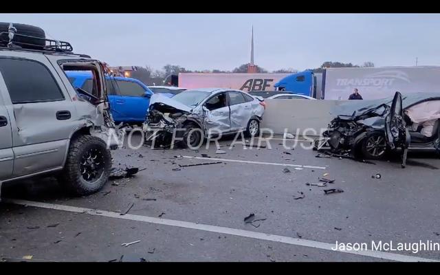 Más de 100 automóviles y camiones se estrellan en un amontonamiento masivo en una autopista congelada en Dallas-Fort Worth (Actualización: Cinco muertos)