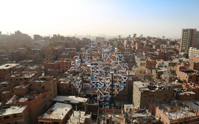 Cómo un artista callejero pintó en secreto un mural a escala urbana en El Cairo