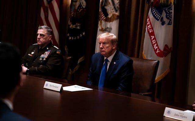 ホワイトハウスのスタッフは、仕事に行くことを恐れていると伝えられている