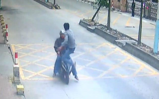 इस आदमी को स्कूटर चोर पर पूर्ण जैकी चान देखें जिसने उसका फोन चुरा लिया था