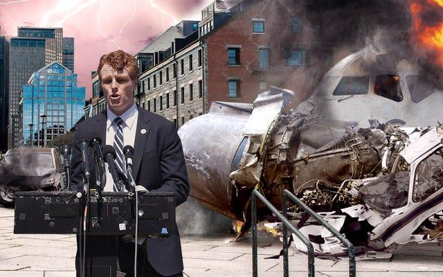 Joe Kennedy évite les avions s'écraser, les voitures qui tournent après avoir annoncé la campagne pour le Sénat