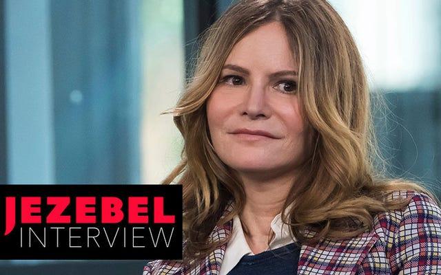 'Tôi không muốn kịch tính trong đời mình, nhưng thật thú vị khi diễn nó': Trò chuyện với Jennifer Jason Leigh