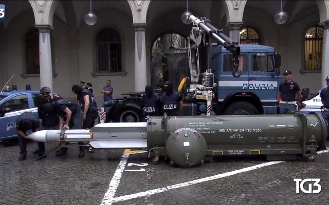 Italienische Polizei beschlagnahmt Luft-Luft-Rakete, Dutzende Schusswaffen bei Überfällen auf Neonazis