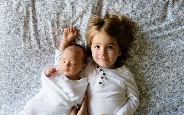 あなたの子供は彼らの年齢と彼らが起きる時間に応じて何時に寝るべきですか