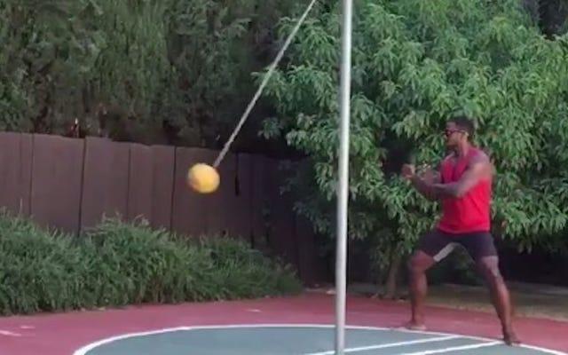 テザーボールで空手をしているラシャードメンデンホールのこのビデオは実際に良いです
