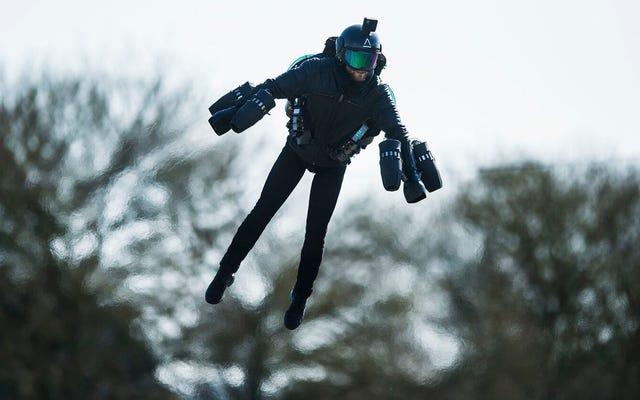 実世界の「アイアンマン」が空母から離陸