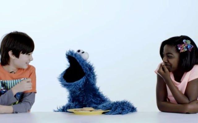 クッキーモンスターが100年のクッキーを通して私たちを連れて行くのを見てください