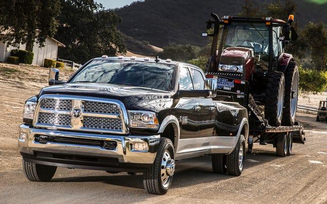 FCAは、「デタッチ」する可能性のあるステアリングロスまたはブレーキペダルの可能性について、約880,000台のトラックをリコールします。
