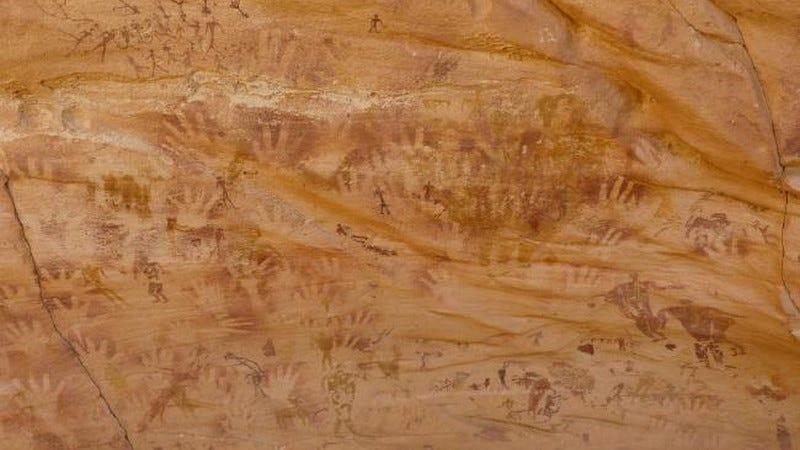 """Las huellas de """"manos"""" en las paredes de esta cueva tienen 7.000 años y no son humanas"""