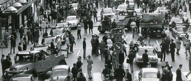 10 minutos para pasar al carril contrario: el día que Suecia pasó a conducir por la derecha