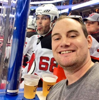 Illustration for article titled Fan Tries To Take Selfie In Front Of Jaromir Jagr, Gets Jagrbombed