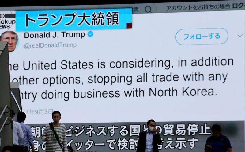 Gente caminando frente a un programa de noticias que muestra un tuit del presidente de Estados Unidos, Donald Trump, como parte de un reportaje sobre las pruebas nucleares de Corea del Norte. Tokio, lunes 4 de septiembre de 2017. (Shizuo Kambayashi/AP Photo)