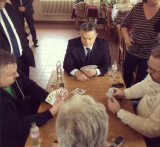 Illustration for article titled Orbán Viktor éppen Ercsiben ultizik