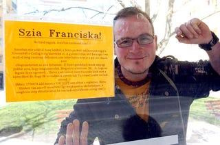Illustration for article titled Íme a romantikus szegedi biciklista, aki plakáton keresi a Sas Józsefnél is viccesebb álomnőt, Franciskát